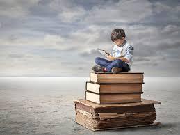 niño-encima-de-libros-con-ipad